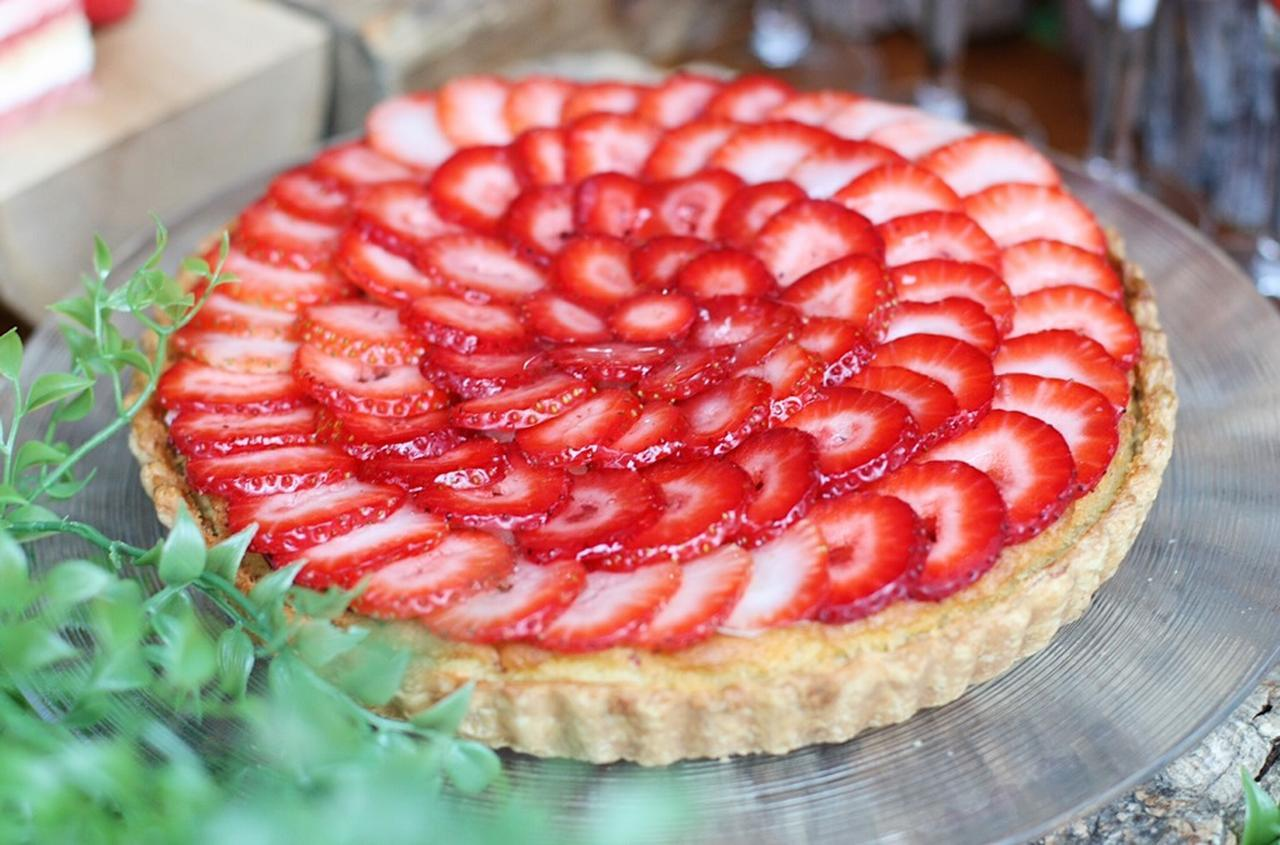 画像: ◆イチゴタルト◆ アーモンドの生地の上に、カスタードクリームと苺をふんだんにちりばめたイチゴタルト。 真っ赤な苺は見た目も華やか。パティシエが苺を一つ一つ丁寧に重ねて仕上げております。瑞々しいフレッシュな苺の酸味と優しい甘さのカスタードクリームの組み合わせをお楽しみいただけます。