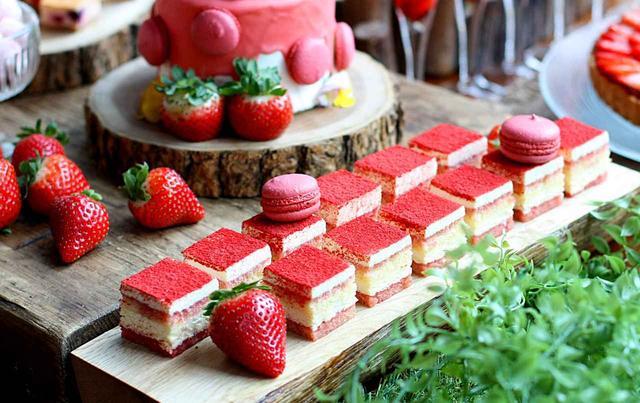 画像: ◆苺のティラミス◆ パティシエの1番のおすすめは、イタリアンドルチェの定番!苺のティラミス。 苺のシロップに漬け込んだ甘いスポンジ・マスカルポーネが2層に重なり、フリーズドライの苺のパウダーで仕上げた絶妙な味わいのティラミスです。カフェインゼロ、リキュールは使っておりませんので、お子様にも安心してお召し上がりいただけます。