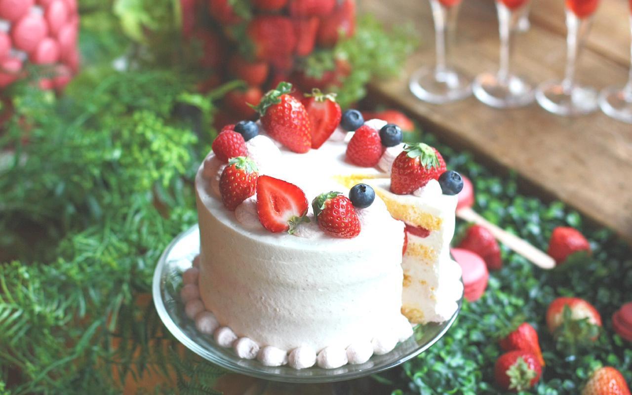 画像: ◆イチゴのショートケーキ◆ ふわふわの白い生クリームでデコレーションした、優しい食感のストロベリーショートケーキ。 あざやかな赤い苺に、ラズベリーやブルーベリーで彩りをプラス。苺の甘みと酸味がアクセントになった大人気のドルチェです。