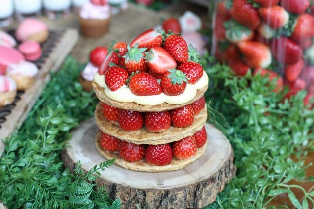 画像: ◆苺のミルフィーユ◆ 苺とカスタードクリームをたっぷり使用したミルフィーユ。 ご提供は一口サイズになります(写真はイメージです)。パイ生地のサクサクした食感と口どけなめらかなカスタードクリームがマッチしたドルチェです。