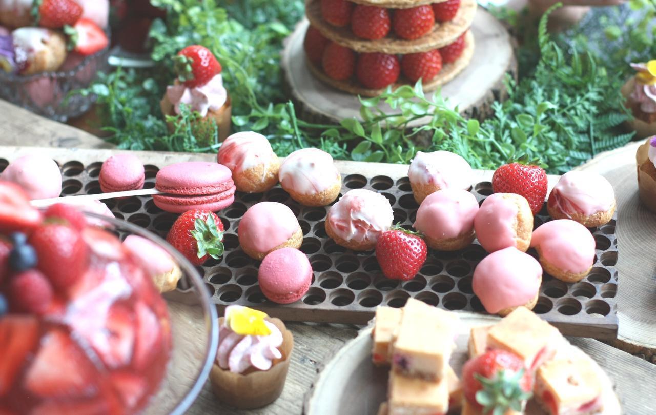 画像: ◆苺のプロフィットロール◆ パティシエの2番目のおすすめは、苺のプロフィットロール(シュークリーム)。 中には苺風味のクリームが入っており、表面にはピンク色やマーブル模様などのチョコレートがかかった見た目にも可愛いドルチェです。