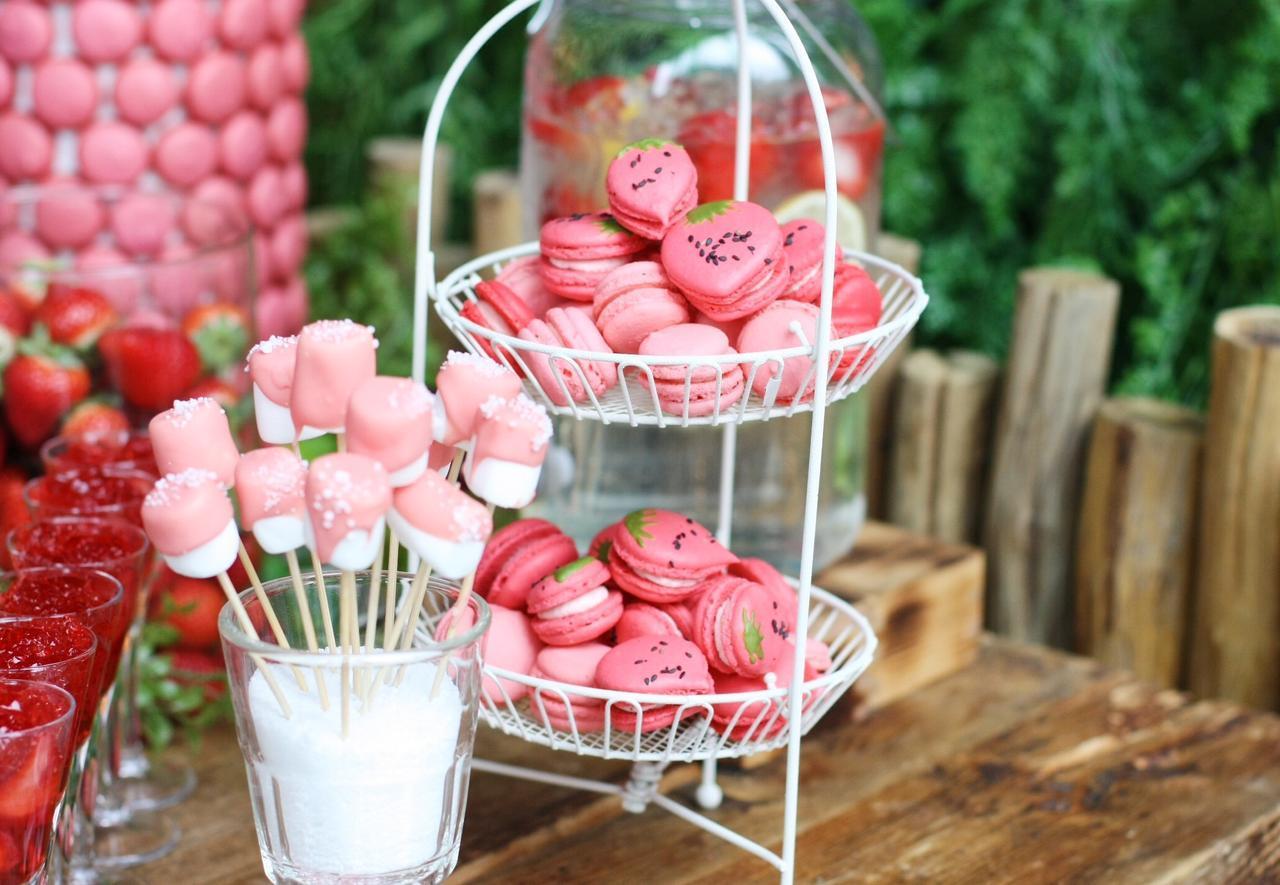 画像: ◆イチゴのマカロン・チョコレートファウンテン◆ 苺のバタークリームが入った苺味のマカロン。苺のつぶつぶをイメージしたセサミがなんとも可愛い苺型のマカロンもご用意しております。 ホワイトチョコレートに苺のフレーバーを加えたチョコレートファウンテンをご用意いたします。春を感じさせるピンク色のチョコレートにマシュマロやワッフル、苺をお好きなだけくぐらせるワクワク感をお楽しみください。