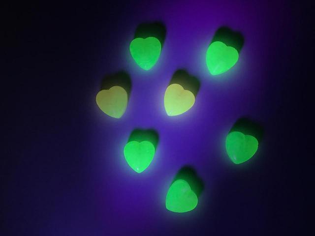 画像3: ブラックライトを当てると光を放つキャンディ