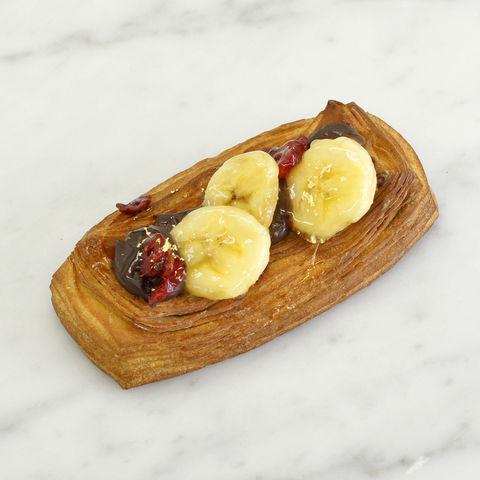 画像: -デニッシュバナーヌ- 390円(税別) 定番であるチョコとバナナの組み合わせに、ヌテラクリームでヘーゼルナッツを加えて香り豊かに仕上げました。