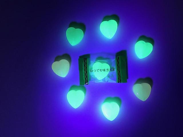 画像2: ブラックライトを当てると光を放つキャンディ