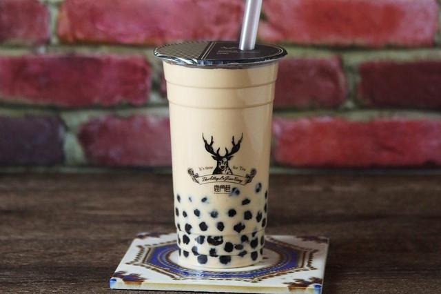 """画像: ・ロイヤル No.9 タピオカミルクティー Mサイズ ¥500- 茶師が特別にブレンドした濃厚なアッサム茶ベース""""ロイヤル No.9""""の茶葉。ほのかにフルーツの香りを感じさせる、THE ALLEYで必ず注文する人気の紅茶。"""