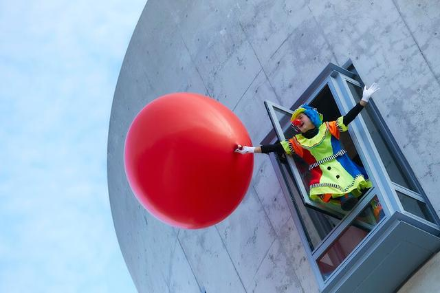 画像: 2 回廊にピエロが登場「夢のフラワーバルーン」
