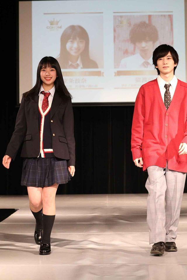 画像: 男女のニットコーデを披露した、フォトジェニック賞東条波奈さん(写真左)、フォトジェニック賞猿渡涼さん(写真右)。