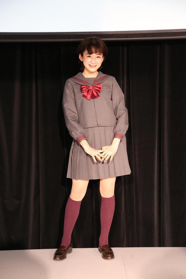 画像: 当日はゲストMCとして、高校生を中心に大人気のYouTuber「めがね」さんが登場した。 現役高校生のめがねさんもCONOMi制服を着用し、司会進行を務めた。