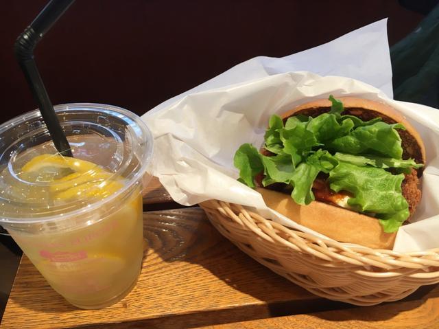 画像: オイスターバーガー+対象のレモン系のドリンク1品 価格:750円(税抜)
