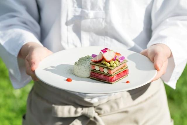 画像: 苺は品種も豊富で、調理方法によってさまざまなデザートに仕立てることができます。パティシエの確かな技術と感性により、1種類のフルーツで、味わい豊かなフルコースを完成させます。