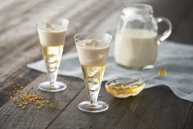 画像: 冷製ソイハニー 1(かりんとはちみつお酒):1(冷やした豆乳) インパクト抜群! 目にもおいしいカクテルです。 パーティーやおもてなしもどうぞ。