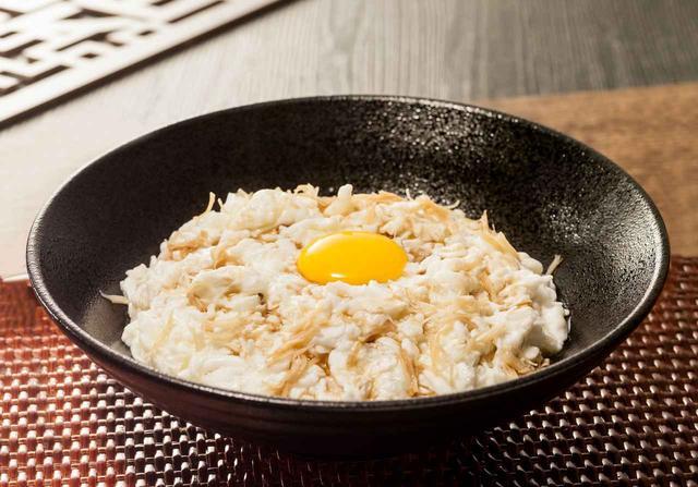 画像: 「干し貝柱と白身魚の卵白炒め」1,240円 蟹を使っていないのに、なぜか蟹の味がする?不思議なメニュー。黒酢をかけて召し上がれ。