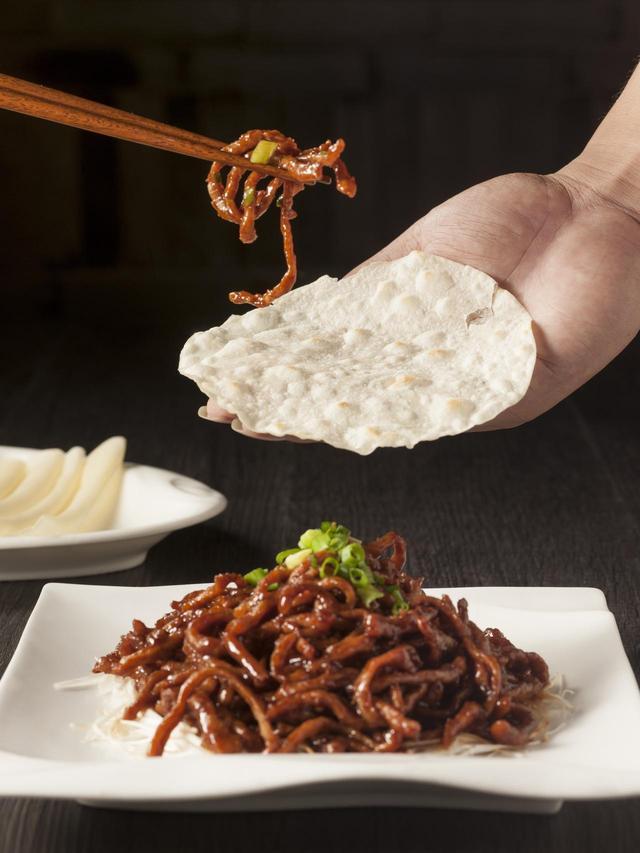 画像: 「豚肉の中国家庭風甘味噌炒め クレープ添え」1,300円 コクのある豚肉の甘味噌炒めをクレープに包んでいただきます。みんなでシェアしてワイワイ楽しめる逸品です。