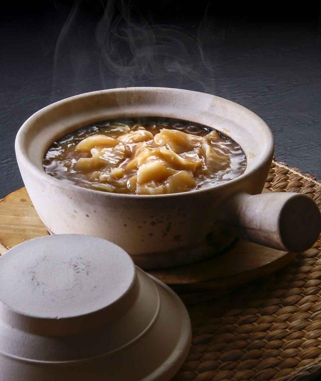 画像: 日本限定メニュー「フカヒレあんかけ土鍋ご飯」2,400円。 濃厚なパイタンソースにたっぷりのフカヒレ、土鍋で焼かれたご飯はおこげのサクサク食感も楽しめちゃう。熱々なので寒い季節にぴったり!