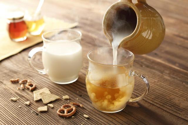 画像: ほほっとはちみつミルク 1(かりんとはちみつのお酒):1(ホットミルク) ほほっと頬を緩ませる、あたたかくやさしい一杯です。 くつろぎのひとときに。