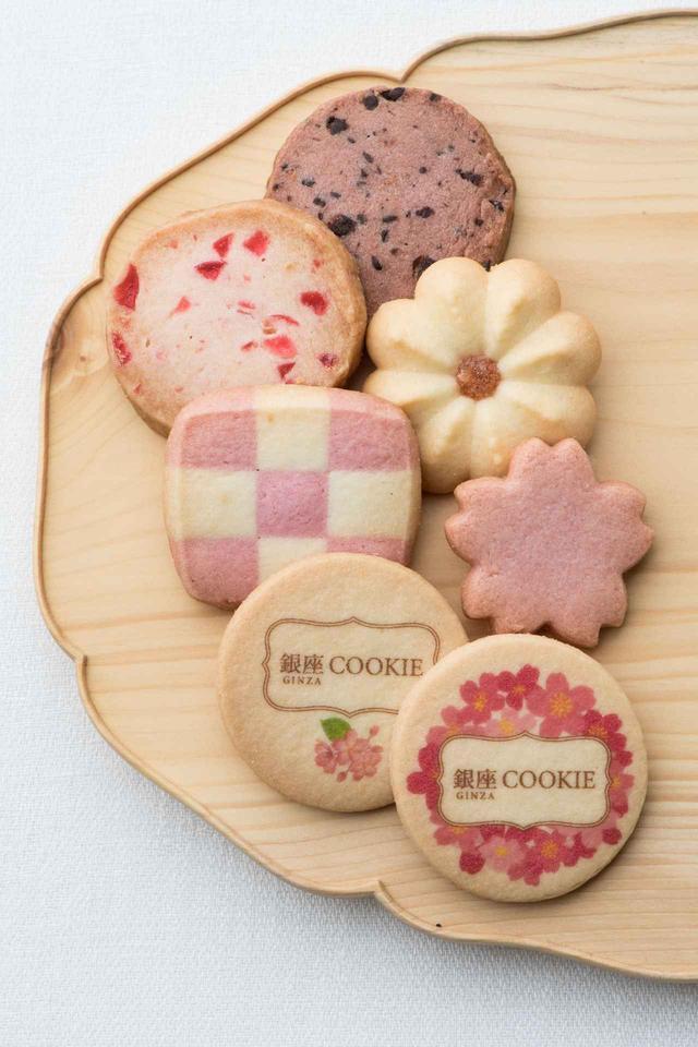 画像: 銀座COOKIE SAKURA(18枚) 税込¥2,700(和光アネックス地階 グルメサロン) 満開の桜を描いた華やかな缶に、桜の形のクッキーや桜をイメージしてお作りした新しい味など7種類を詰め合わせて。個包装ですのでギフトにも好適です。