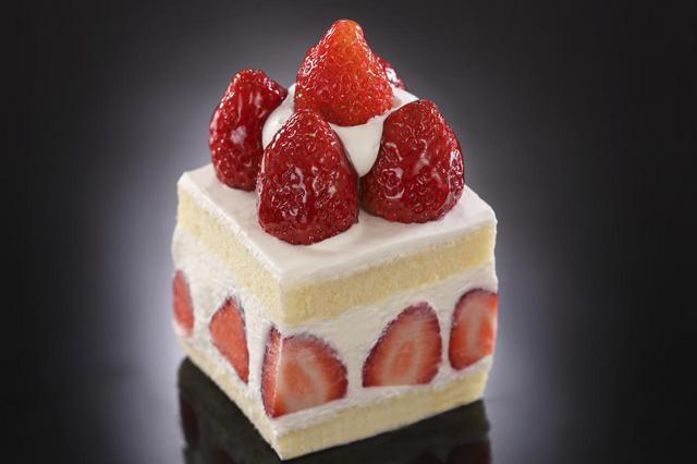 画像: 「あまおう」のショートケーキ 単品 テイクアウト800円、イートイン880円 福岡県のいちごの王様と称されるほど人気がある「あまおう」を使用。 4種のショートケーキの中で最も多くのいちごを使用しているので、いちご好きにはたまりません。