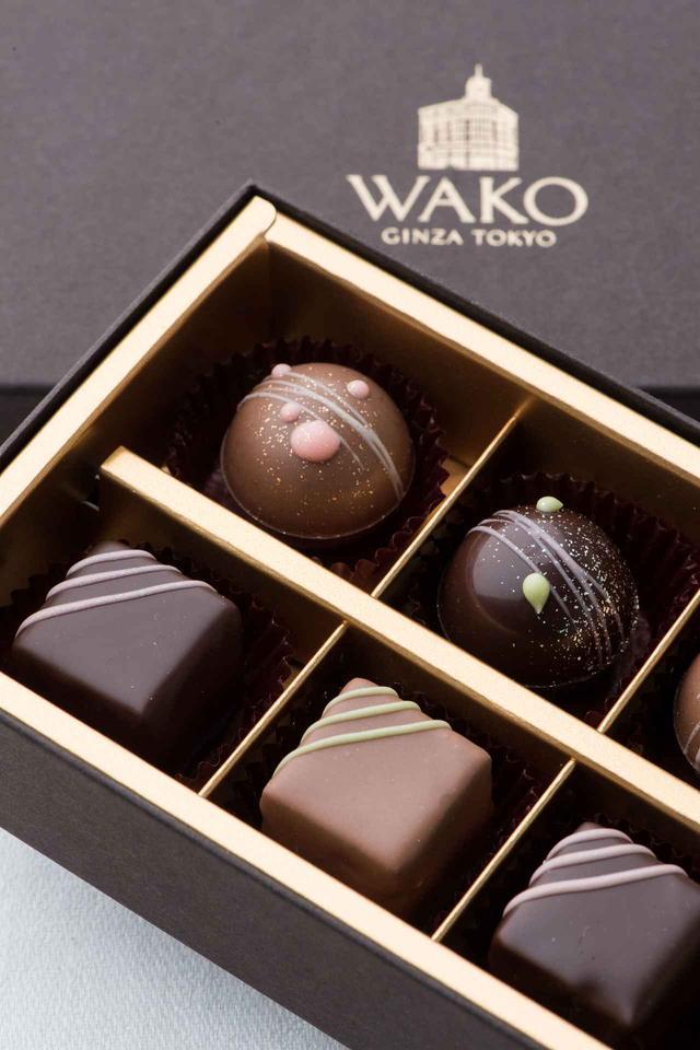 画像: 和光のチョコレート30年記念 春のショコラ・フレ(10個) 税込¥3,240(和光アネックス1階 ケーキ&チョコレートショップ) キューブ形のおしゃれなショコラ・フレの新作は、ほうじ茶とミルクチョコレートガナッシュの2層と、フランボワーズとピスタチオが2層になったもの。イチゴとサクラの2種のトリュフとともに詰め合わせました。