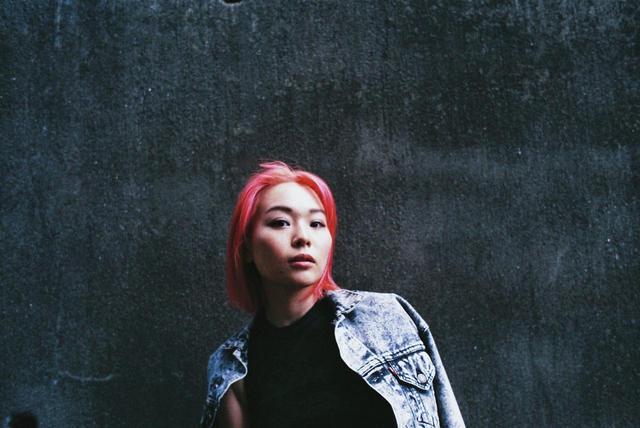 画像: ShioriyBradshaw 2006年よりDJ活動スタート。地元仙台で活動を開始し、現在は東京を拠点に各地方、アジアなどの海外でも活動中。 クラブでのプレイはもちろんのこと、ラジオ番組やライブストリーミング、SoundCloudなどのプラットフォームを活用した活動も積極的に行っている。 近年では、大手ファッションブランドや新鋭ファッションブランドのレセプションパーティーやインストアイベント、また数々の来日アーティストを招致したイベントでサポートアクトを務める。 またラジオパーソナリティーやイベントオーガナイズ、ディレクション等も務めている。 Hip Hop, R&Bをベースとしながらも様々なジャンルをクロスオーバーさせるプレイが彼女のスタイル。 2014年には「burn world DJ CONTEST 2014」と「ROAD TO OUTLOOK_JP 2014」にてセミファイナリストとして勝ち残る。 2016年に自身初のMIX CD「NOVA」をリリース。 http://shioriybradshaw.com https://soundcloud.com/shioriybradshaw