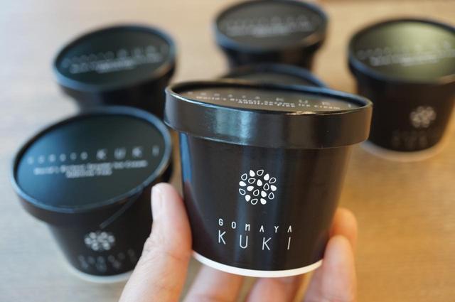 画像: GOMAYA KUKIオリジナル新商品 「お持ち帰り用カップアイス」(8個入り・保冷バッグつき税込5,400円) 店頭と同じ味を自宅でも楽しみたい」というお客さまのリクエストにお応えして、GOMAYA KUKIの6種のごまアイスの中でも特に人気の高い「超特濃 くろ」と「超特濃 しろ」をお持ち帰り用のカップアイスにしました。 店舗では「超特濃 くろ」と「超特濃 しろ」4個ずつ8個セットにして、保冷バッグ・ドライアイスをつけて販売いたします。生産数に限界があるため、今回は限定20セットの販売とさせていただきます。