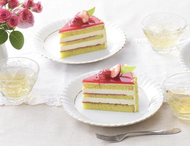 画像: 価 格: ¥430(税込¥464) 特 長: チーズムースと苺ジャムをピスタチオスポンジでサンドして、ラズベリーのグラサージュで仕上げました。甘酸っぱい苺とクリーミィなチーズムースがマッチする春色ケーキです。