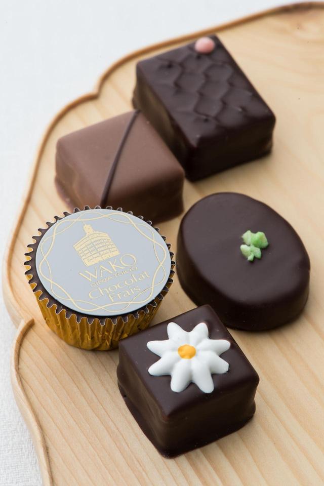 画像: 和光チョコレート30年記念 春のショコラ・フレ(5個)※ 税込¥2,160(和光アネックス1階 ケーキ&チョコレートショップ) イチゴの香りのビターガナッシュにサクサクとした食感のクッキーフレークが入ったものや、シトロンのフレーバーの新作に加え、定番の3種を詰め合わせました。