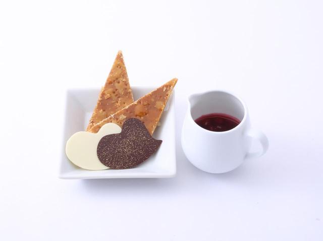 画像: ハート型のチョコや三角形のパイ、ベリーソース