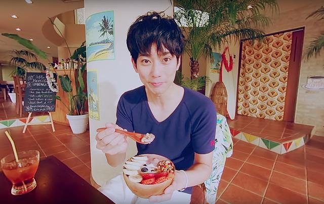 画像: 「こっちも食べる?」と平岡さんが食べさせてくれるシーン