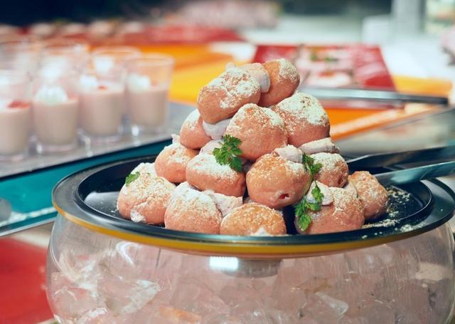画像: 「苺のシュータワー」 一口サイズのシュークリームをタワー状に積み上げた「苺のシュータワー」。シューは軽い食感に仕上げておりますので、何個でも食べられてしまうほどです。噛みしめると苺の優しい甘さが感じられるクリームが口の中に広がります。