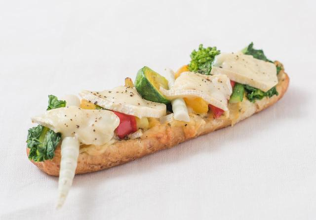 画像: ◇ タルティーヌ ¥380 菜の花や姫竹など旬の野菜、彩りも鮮やかなパプリカやアスパラなどをグリルしてトッピングした、春ならではの一品です。とろけるカマンベールチーズの濃厚な風味と、グリル野菜の甘く香ばしい味わいのコラボレーションをお楽しみください。