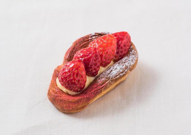 画像: ◇ 苺のデニッシュ ¥330 さくさくの生地にカスタードとホワイトチョコレートの濃厚なクリームを合わせ、苺をトッピングした 華やかなブレッド。苺のジューシーな味わいとデニッシュの香ばしさが際立ちます。手軽なワンハンド ブレッドをお花見やお散歩のお供にどうぞ。