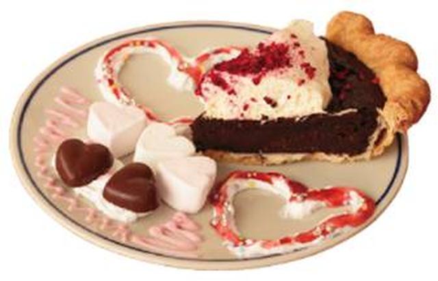 画像: 《三品瑠香(ピンク)考案》 ちくたくるんハート弾けるラズベリーチョコレート チョコレートラズベリーにホイップクリーム、チョコレート、マシュマロ、アラザン、シュガーフレークをトッピング。甘酸っぱいストロベリーソースで仕上げました。