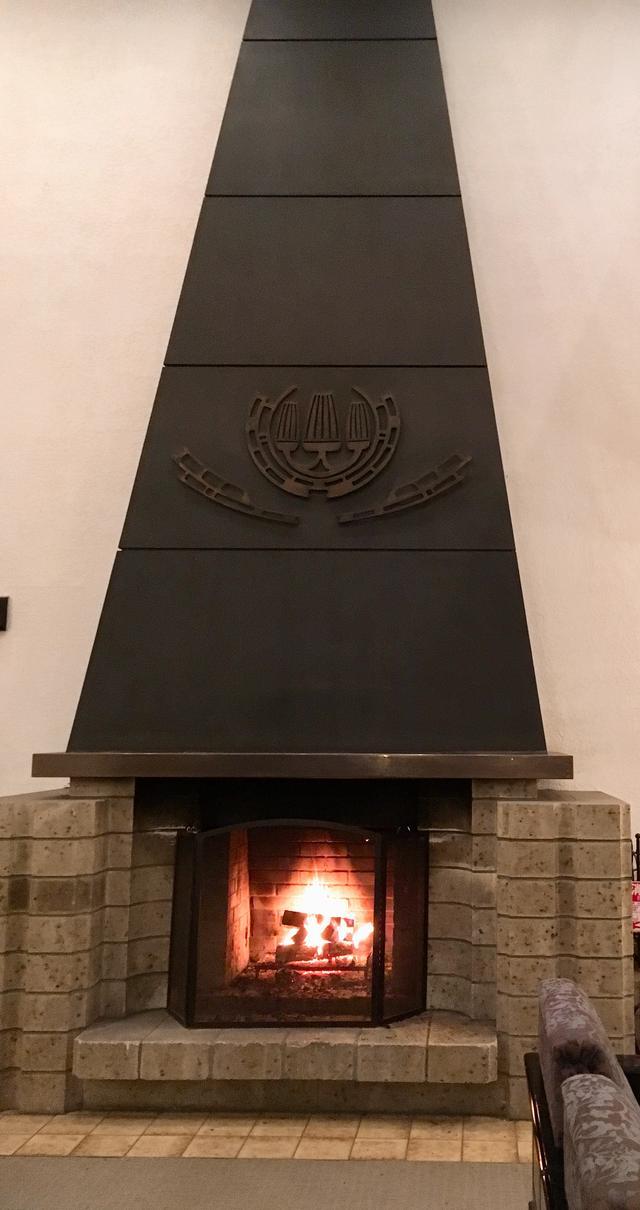 画像1: 食後は本物の暖炉で、マントルピースを・・・
