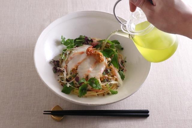 画像: 別添えの薬味をお好きに加えながら鯛の甘みを引き立てる緑茶をそそいで、滋味豊かなおだしの味わいをお楽しみください。