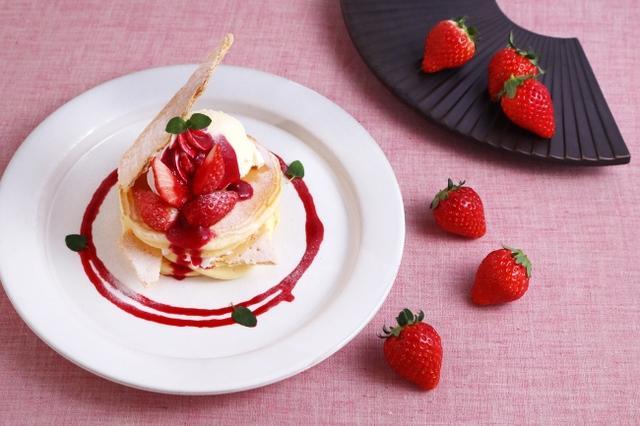 画像: 「苺とカスタードクリームのぱんけーき~ミルフィーユ仕立て~」 920円 もちもちの米粉のぱんけーきにサクサクのパイ、カスタード、苺をふんだんにトッピングしてミルフィーユ仕立てに。フレッシュな苺の甘酸っぱいおいしさをたっぷりとつめこみました。 ※店舗によりパンケーキ、ワッフルとご提供が異なります。