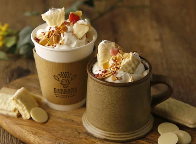 """画像: パールホワイトカフェモカ ホワイトデーをイメージし、クリームとホワイトチョコを使用したオリジナルカフェモカ。コーヒー豆は""""芦屋エビアンコーヒーショップ""""のオリジナルブレンドを使用。小さなハートのチョコがアクセント。ホット限定で、テイクアウトができる。"""