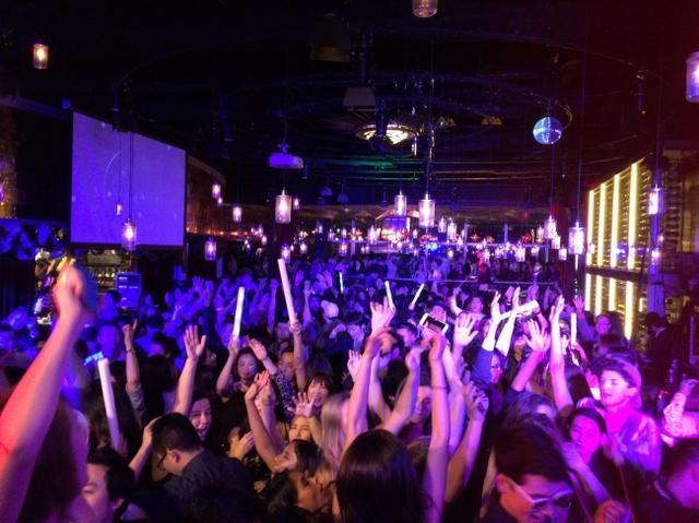 画像: この日限りは、スカイダイニングがDJブースに。東京屈指の夜景を背に、DJ達がパーティーを盛り上げます!