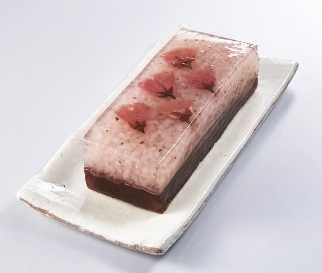 画像: 桜餅の食感と羊羹のおいしさを一度に楽しめる一品。 <七條甘春堂>桜もち羊かん 1本 918円
