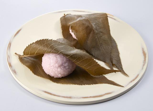 画像: 関西風 こし餡を道明寺餅種で包み、大きな桜葉2枚で仕立てました。 <鶴屋八幡> 桜餅 1個 270円