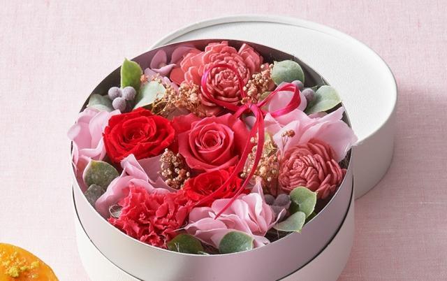 画像: 【フラワーボックス】 ひときわ華やかなアレンジメントです。ローズやカーネーションのプリザーブドフラワーをはじめ、たくさんの種類の花をふんだんに使って、ボリューミーにまとめました。 www.letao.jp