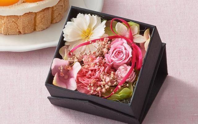 画像: 【キューブ】 置いてすぐ飾って楽しめるキューブ型のアレンジメント。ローズやカーネーションのプリザーブドフラワーを中心に、ピンクのリボンがアクセントになった可愛らしいサイズです。 www.letao.jp