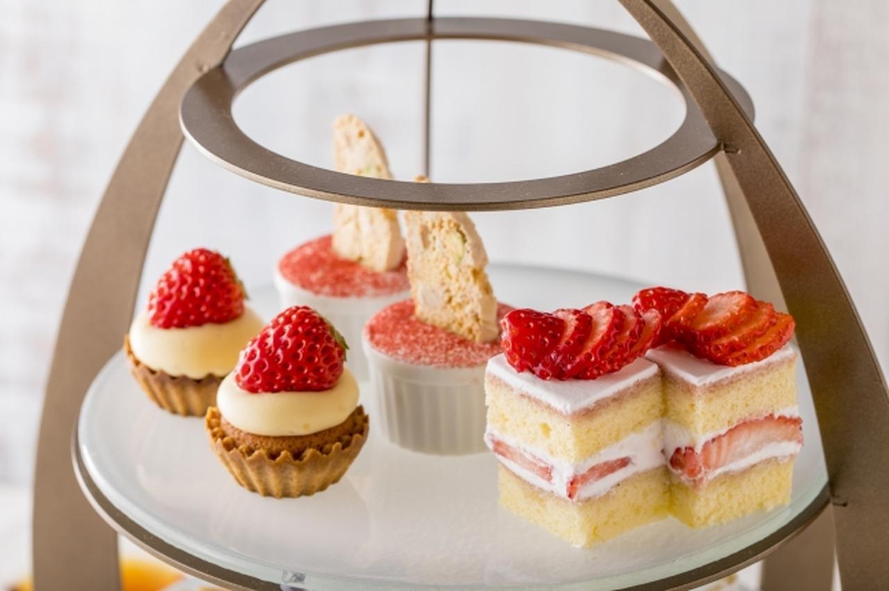 画像: 苺タルト、苺ショートケーキ、ストロベリーティラミス ちょこんと乗った苺が、気分を盛り上げてくれます。