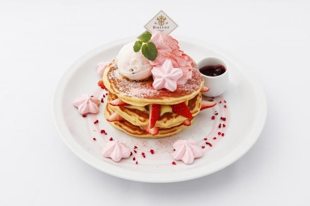 画像: ◇サクラ ミルフィーユパンケーキ サクラピンクカラーの限定パンケーキ。自慢のバターミルクパンケーキに国産イチゴとカスタードクリームを重ね合わせて仕上げたミルフィーユ。サクラアイスとサクラ色のクリームをのせて、サクラメレンゲをトッピングで華やかに。ミックスベリーソースをかけてお召し上がり下さい。