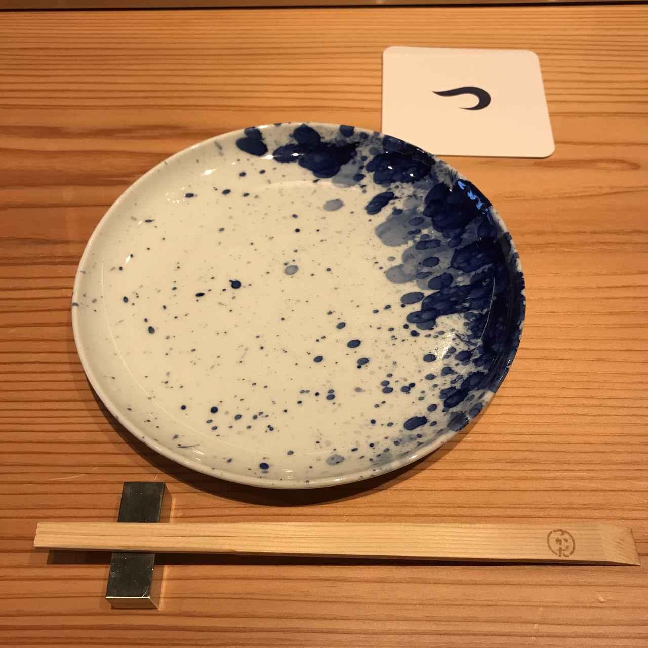画像: 佐藤可士和氏が自ら色付けを行った有田焼のお皿で頂きました。