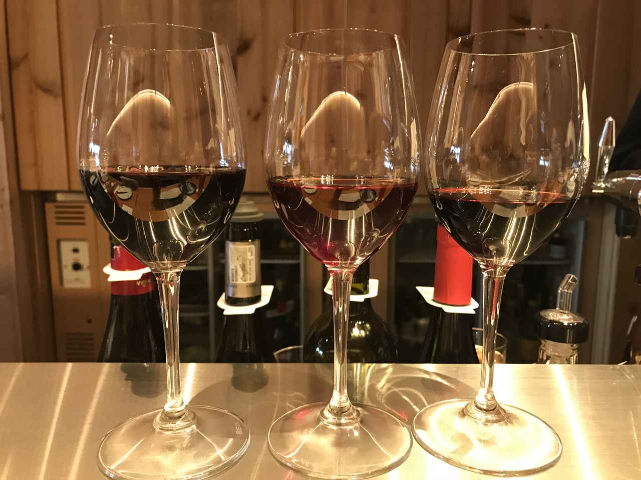 画像: グラスワインは650円均一価格ですが、ワインの種類によって量が変わります。左から100ml、80ml、 60mlとなっています。