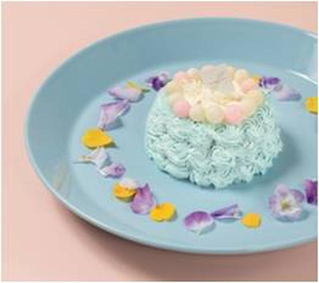 画像: ◇スマッシュケーキ ¥1,200(税込) 『THE CAMPANELLA CAFE』の1周年を記念したスマッシュケーキ。海外では1歳のお誕生日祝いとして人気のケーキです。『THE CAMPANELLA CAFE』では、美しいカンパネラブルーをベースにミックスベリーとカスタード風味のムースに、エディブルフラワーを散らし、目にも鮮やかなケーキに仕上げました。