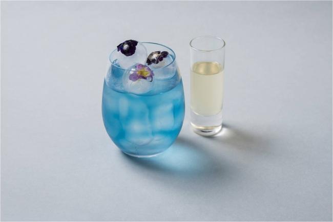 画像: ◇ブルーレモネード ¥720(税込) お花を閉じ込めた氷が華やかなドリンク。カンパネラブルーのハーブティーに添えられたレモンジンジャーシロップを加えると色が変わる、見た目にも爽やかな一品です。