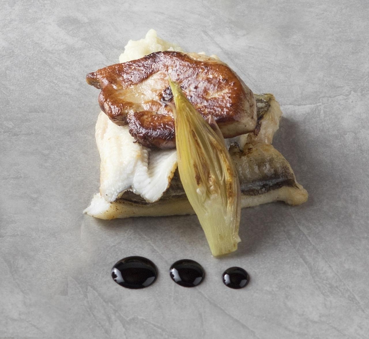 画像: 神戸(神戸ベイシェラトン ホテル&タワーズ): 「穴子の軽いスモークとフォアグラのソテー 淡路産玉葱のピューレとバルサミコソース、オリエンタルな香り」