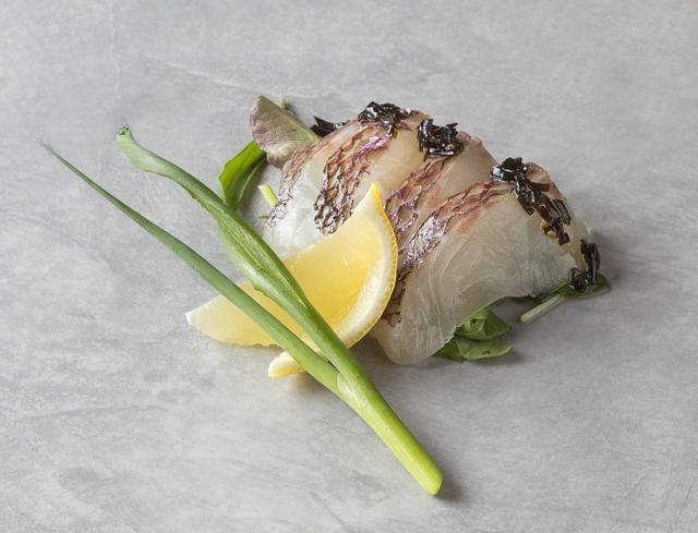 画像: 東京(シェラトン都ホテル東京): 「旬の白身魚のカルパッチョ仕立てサラダ添え 江戸前コブの佃煮とバージンオリーブオイルのソース」